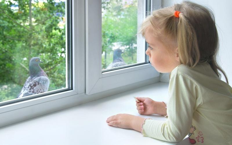 картинка Грустная девочка у окна